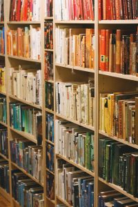 "Organize books by color; ""Reading Rainbow"" by Fu Man Jew is licensed under CC BY-NC-SA 2.0"
